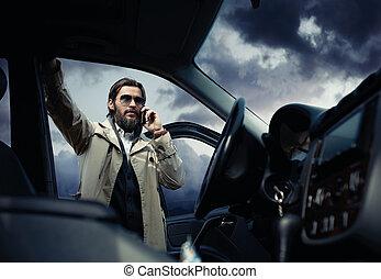 잘생긴, 유행, 남자, 도로에, 의 옆에, 그의 것, 차, 말하는 것, 통하고 있는, 그만큼