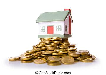 장난감, 작은 집, 서 있는, 통하고 있는, a, 더미, 의, 동전.