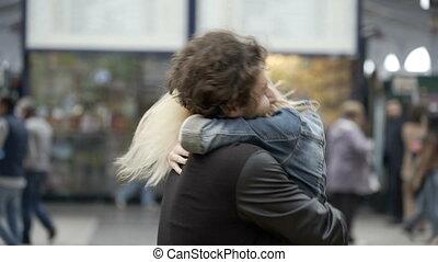 재결합하는, 한 쌍, 와, 어린 소녀, 달리기, 만난다, 남자 친구, 키스하는 것, 와..., 고수하는 것,...