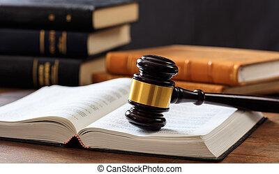 재판관, 작은 망치, 통하고 있는, 열려있는 책, 나무로 되는 책상, 법률 서적, 배경