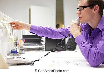 전화에 붙어 있는 비즈니스 사람, 독서, 저명