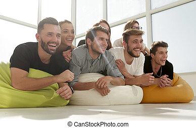 젊은이의그룹, 바닥에 있는 것, 와..., 미소