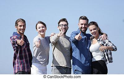젊은이의그룹, 전시, 위로 엄지손가락