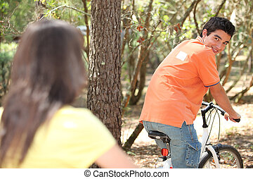 젊은이, 자전거를 타는 것