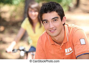 젊은이, 자전거를 타는 것, 에서, 그만큼, 숲