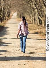 젊은 숙녀, 걷기, 옥외
