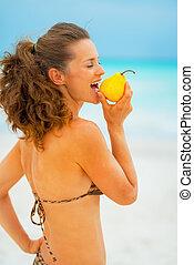 젊은 숙녀, 먹다, 서양배, 통하고 있는, 바닷가
