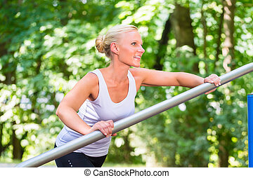 젊은 숙녀, 뻗는 것, 앞서서, 스포츠, 통하고 있는, 적당, 길게 나부끼다
