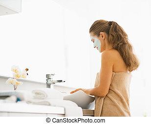 젊은 숙녀, 와, 화장품, 가면, 통하고 있는, 얼굴, 에서, 욕실
