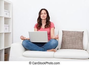 젊은 숙녀, 와, 휴대용 퍼스널 컴퓨터, 실행, 요가, 소파에 앉아 있는 것