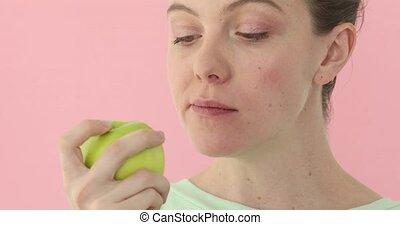 젊은 숙녀, 은 이다, 사과를 먹는, 건강한, 영양