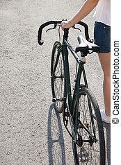 젊은 숙녀, 의 옆에, a, 도시, 자전거