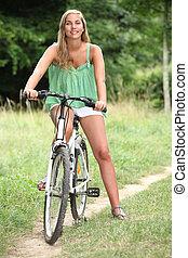 젊은 숙녀, 자전거에서, 시골의