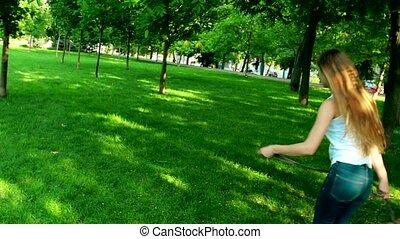 젊은 숙녀, 조깅, 와, 그녀, 비글, 개, 에서, 여름, day., 고속도 촬영에 의한 움직임