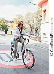 젊은 숙녀, 통하고 있는, 전기, 자전거