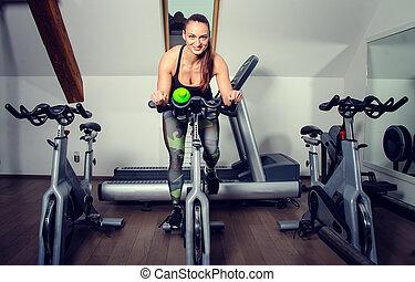 젊은 숙녀, 통하고 있는, a, 회전시킴, bicycle.