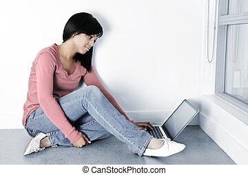 젊은 숙녀, 휴대용 개인 컴퓨터를 사용하는 것, 컴퓨터, 통하고 있는, 바닥