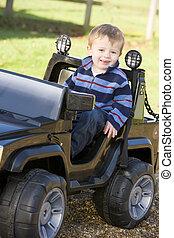 젊음 소년, 노는 것, 옥외, 에서, 장난감 트럭, 미소