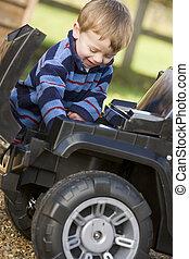 젊음 소년, 노는 것, 옥외, 와, 장난감 트럭, 미소
