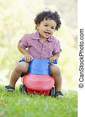 젊음 소년, 노는 것, 통하고 있는, 장난감, 와, 바퀴, 옥외