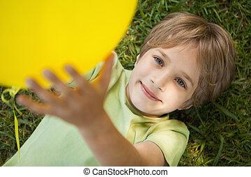 젊음 소년, 와, 황색, balloon, 에, 공원