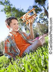 젊음 소년, 외부, 노는 것, 와, 그의 것, 모형 비행기