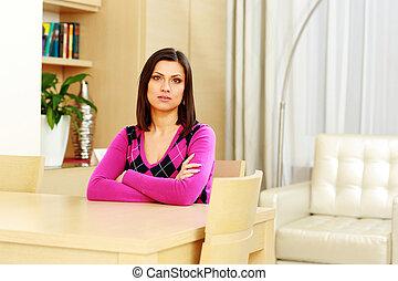 중년의, 구슬픈, 앉아 있고 있는 여성, 테이블에서