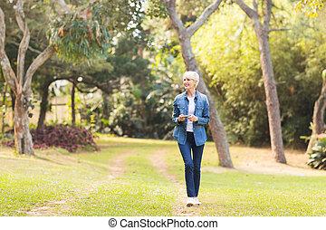 중년, 걷고 있는 여성, 에, 그만큼, 공원