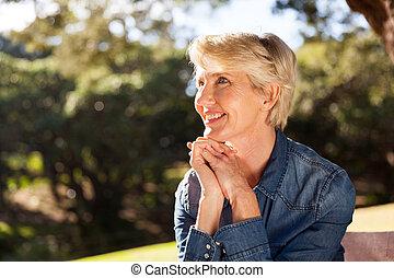 중년, 앉아 있고 있는 여성, 에, 그만큼, 공원