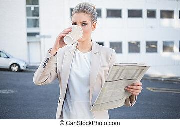 중대한, 유행, 여자 실업가, 마시는 커피
