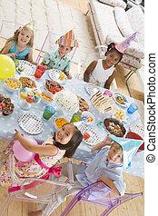 착석, 음식, 나이 적은 편의, 파티, 테이블, 미소, 아이들