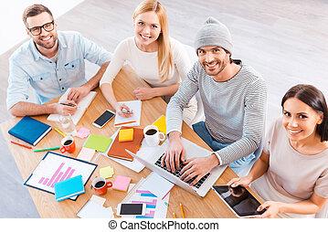 창조, 팀, t, work., 최고의 보기, 의, 실업가의 그룹, 에서, 현명한 임시 노동자, 착용, 함께 일하는, 와..., 미소, 동안, 착석, 에, 그만큼, 나무로 되는 책상