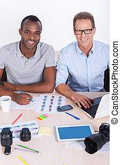 창조, 협력자, 에, work., 최고의 보기, 의, 2, 쾌활한, 실업가, 에서, 캐주얼 웨어, 함께 앉아 있는 것, 테이블에서, 와..., 사진기를 보는
