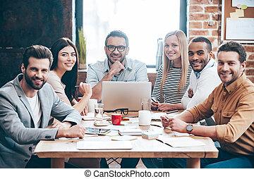 창조, team., 그룹, 의, 6, 쾌활한, 젊은이, 사진기를 보는, 와, 미소, 동안, 테이블에 앉는, 에서, 사무실