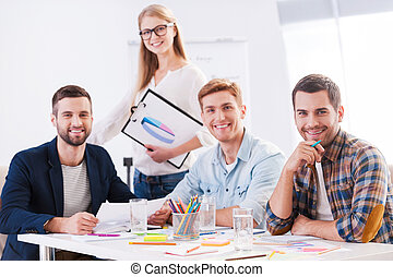창조, team., 4, 쾌활한, 실업가, 에서, 현명한 임시 노동자, 착용, 함께 앉아 있는 것, 테이블에서, 와..., 사진기를 보는