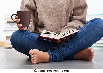 책을 읽고 있는 여성