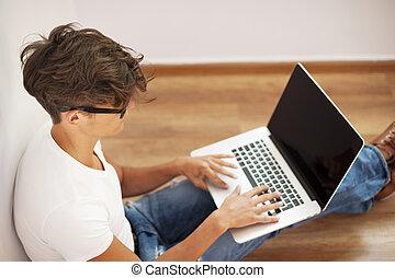 청년, 복합어를 이루어 ...으로 보이는 사람, 생각에 잠긴, 와..., 휴대용 개인 컴퓨터를 사용하는 것