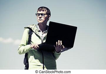 청년, 휴대용 개인 컴퓨터를 사용하는 것, 옥외