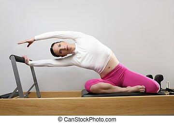 체조, 여자, pilates, 뻗는 것, 스포츠, 에서, reformer, 침대