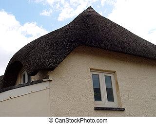 초막이에 의하여 지붕을 짚으로 이었다