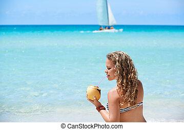 초상, 의, 긴장을 풀고 있는 여성, 와, 칵테일, 에, 쿠바 사람, 바닷가