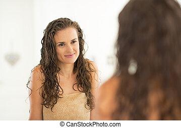 초상, 의, 젊은 숙녀, 와, 축축한 머리, 거울안에 보는
