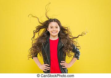 추가, 브루넷의 사람, 그녀, 면하다, 아이, 황색, 채택하다, 머리, 배경., 떨리는, 건강, 길게, pediatric하다, hair., 작다, 소녀, 걱정, 숭비할 만한, 미소, care., 행복하다