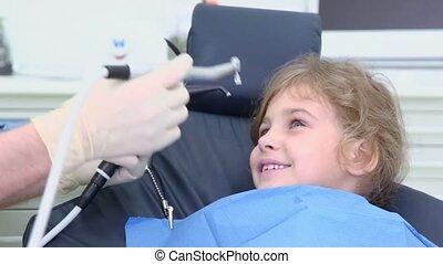 치과 의사, 은 가지고 간다, 침, 흡입, 도구, 그때의, 나아가다, 그들, 에서, 소녀, 입