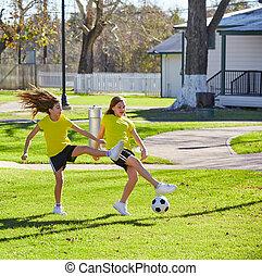 친구, 소녀, 10대, 축구를 경기하는, 축구, 에서, a, 공원