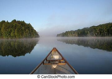 카누, 활, 통하고 있는, a, 봄 안개가 덮인, 호수