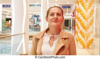 카메라, 여자, 현대, 비디오, 나이 적은 편의, 쇼핑 센터, 미소, 걷기, 4k, 쇼핑, 복합어를 이루어...