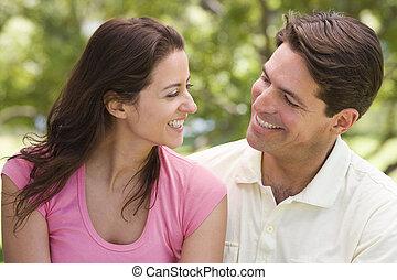 커플 옥외에서, 미소