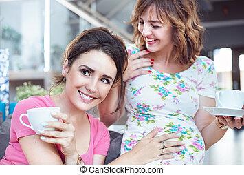 커피, 여자, 그녀, pregnant's, 친구, -, 만지는 것, 배, 술을 마시는 것, 숭비할 만한
