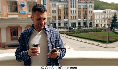 커피, smartphone, 나이 적은 편의, 걷히다, 동안, 그의 것, 을 사용하여, outdoors., ...